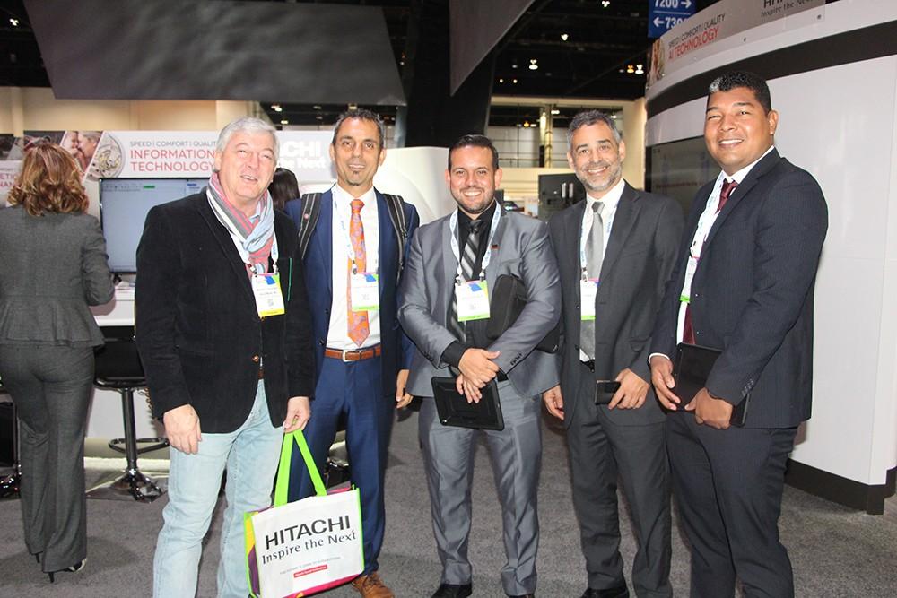 Dr. Marcelo Kaufman de Investigaciones Médicas con Dario Cordenons y Pablo Uberti de Tecnoimagen en el stand de Hitachi