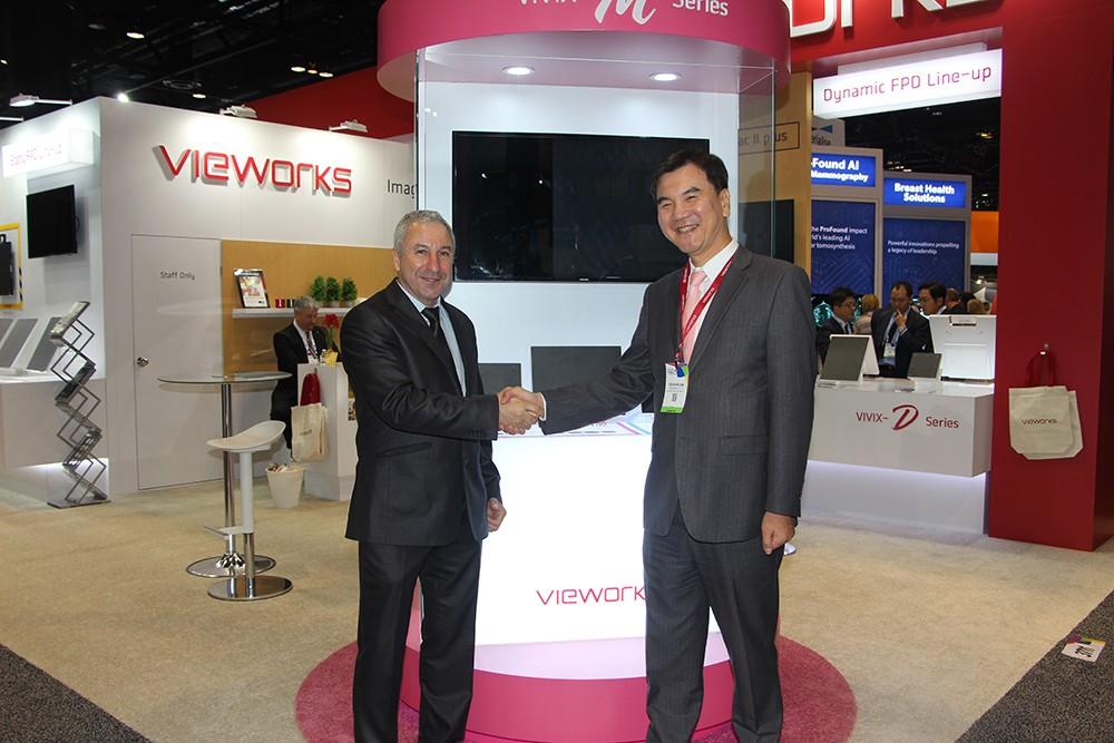 Alejandro Pina de Rayos Pimax en el stand de Vieworks