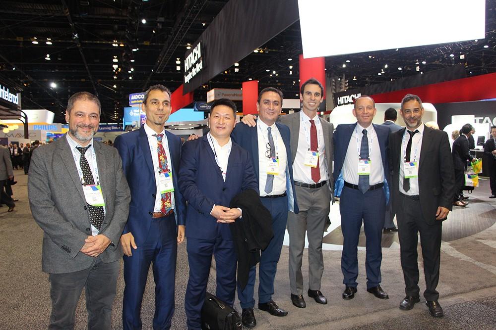 Carlos Bleise e Ivan Lylyk con representantes de Hitachi