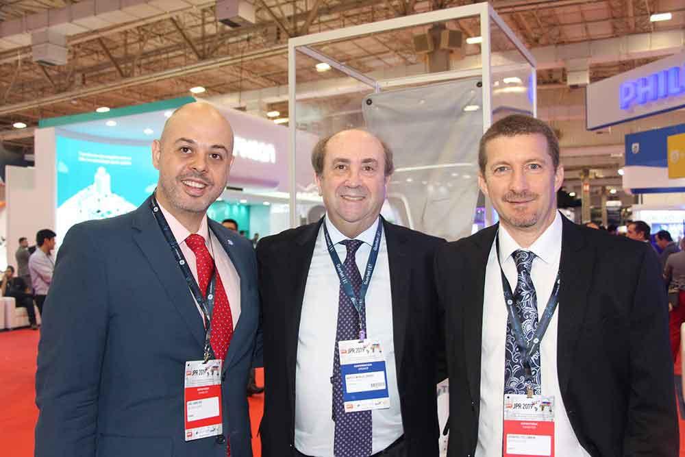 Caio Sanches, Dr. Sergio Moguillansky y Leandro Colombini de GE Healthcare MR