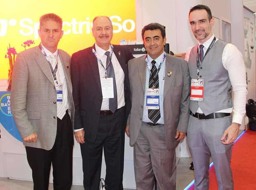 Dr. Mauricio Figueroa Sanchez (Presidente electo FMRI), Dr. Dante Casale y Dr. Manuel Hernandez Cruz (Presidente FMRI) con Daniel Fonseca de Bayer