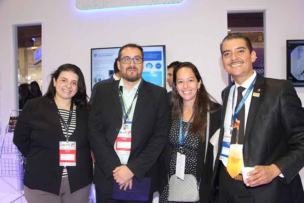 Fernanda Fernandez Cary de GE Healthcare con técnicos de Chile y Bárbara Domb