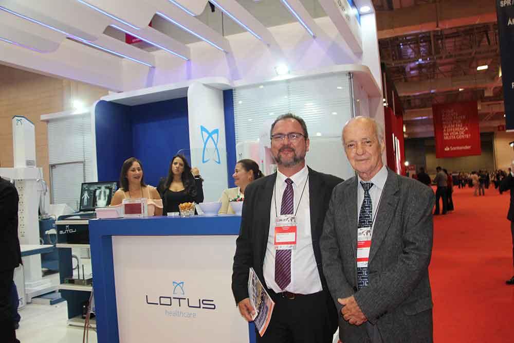 Herman R. Schunig y colega de Lotus Healthcare