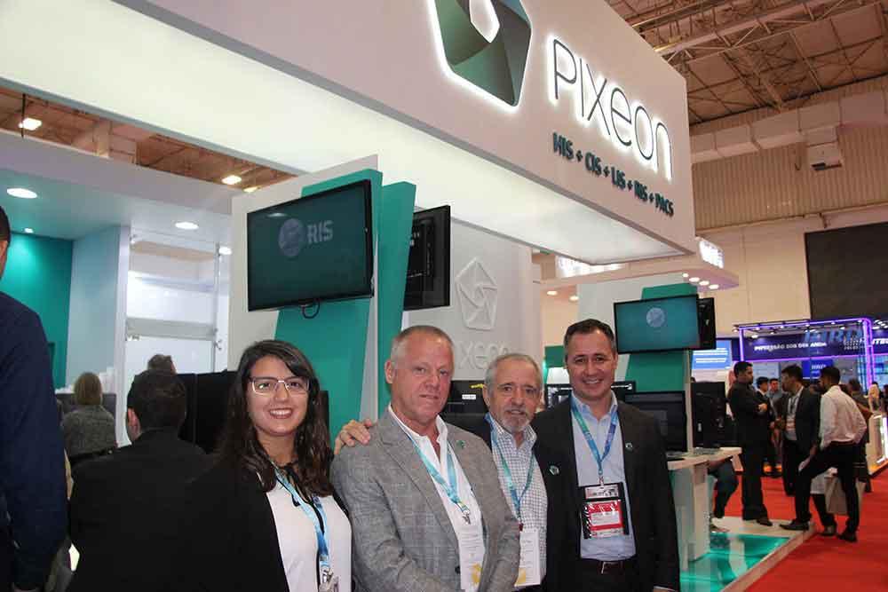 Magalí Bernal, Axel Leidi y Juan José Carballo de Netmed Solutions con Iomani Engelmann de Pixeon