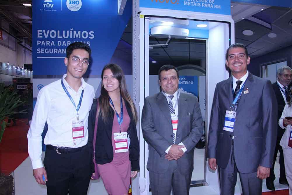 Tecnólogos chilenos en el stand de DALDE