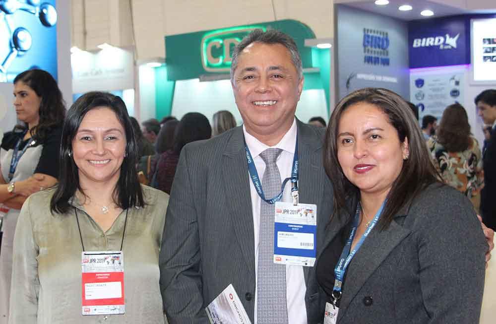 Paula Grisales y Dr. Jaime Madrid de ACR con Angeles Amaya de Guerbet
